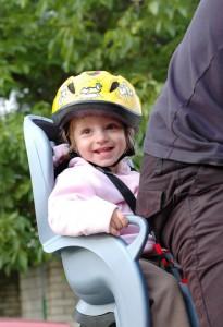 Mit der Tagesmutter unterwegs: Kind im Fahrradsitz