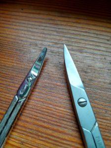 Auf der linken Seite eine Schere mit abgerundeter Spitze und rechts eine Version für Erwachsene.